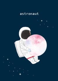 太空人擁抱星球